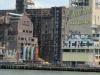 bootstour um die sudspitze manhattans - verlassenes industriegelande am brooklyn ufer. genutzt von graffiti sprayer fur liebeserklarung an die stadt