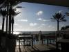 Frühstücksterrasse im Hotel mit Blick auf den Pool und die aufgehende Sonne - puh, schon morgens ganz schön warm