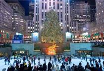 berühmter Weihnachtsbaum und Eislaufbahn vor dem Rockefeller Center