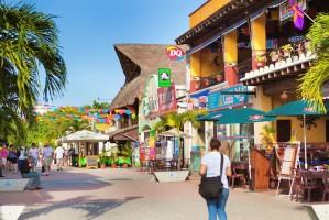 belebte Fußgängerzone mit Boutiquen, Kunstläden und Restaurants