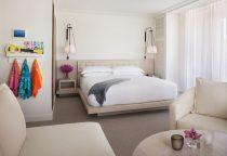 modernes Zimmer mit großem Doppelbett