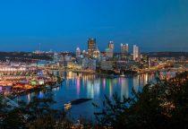 Pittsburgh bei Nacht mit Blick auf die Flüsse der Stadt