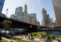 Michigan Avenue Brücke und Fußgängerpromenade am Chicago River