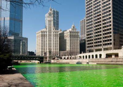 St. Patrick's Day in Chicago - der Fluss wird grun gefarbt