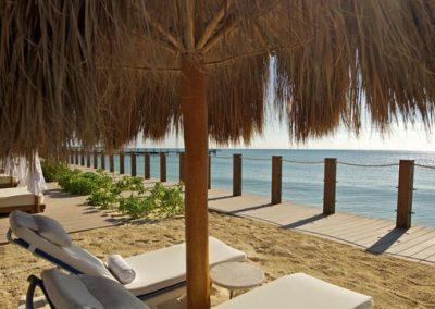 Hotelstrand mit Sonnenliegen