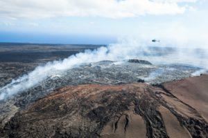 im Hubschrauber über den Volcanoes National Park