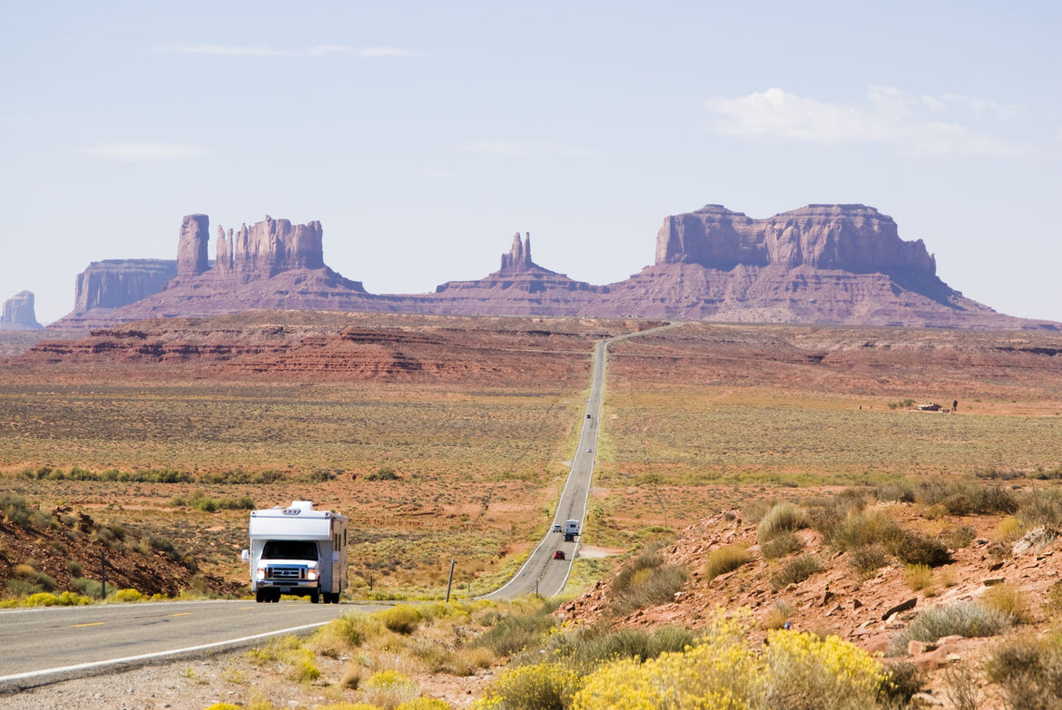 driving-through-Monument-Valley-92038942_3872x2592